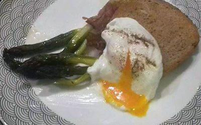 Buggyantott tojás baconbe tekert spárgával