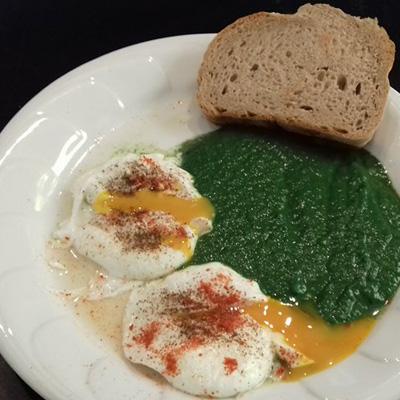 Spenótfőzelék a klasszikus buggyantott tojással