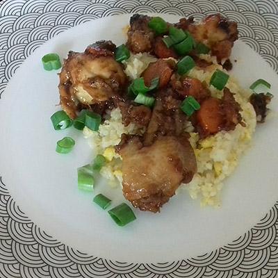 Barbecue csirkeszárnyak tojásos rizzsel